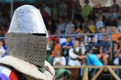 Μεσαιωνικός ιππότης στην κινηματογράφηση σε πρώτο πλάνο τεθωρακισμένων σιδήρου Στοκ φωτογραφία με δικαίωμα ελεύθερης χρήσης