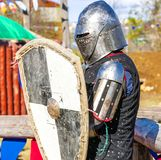 Μεσαιωνικός ιππότης στο πεδίο μάχη Στοκ φωτογραφία με δικαίωμα ελεύθερης χρήσης