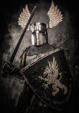 Μεσαιωνικός ιππότης στο πλήρες τεθωρακισμένο Στοκ Εικόνες