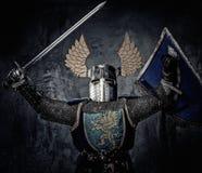 Μεσαιωνικός ιππότης στο πλήρες τεθωρακισμένο Στοκ Φωτογραφία