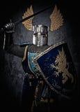 Μεσαιωνικός ιππότης στο πλήρες τεθωρακισμένο Στοκ εικόνα με δικαίωμα ελεύθερης χρήσης