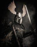 Μεσαιωνικός ιππότης στο πλήρες τεθωρακισμένο Στοκ εικόνες με δικαίωμα ελεύθερης χρήσης