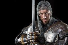 Μεσαιωνικός πολεμιστής με το τεθωρακισμένο και το ξίφος ταχυδρομείου αλυσίδων Στοκ φωτογραφία με δικαίωμα ελεύθερης χρήσης