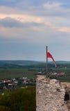 Μεσαιωνικός πύργος κάστρων με τη σημαία στιλβωτικής ουσίας - Ogrodzieniec Στοκ εικόνες με δικαίωμα ελεύθερης χρήσης