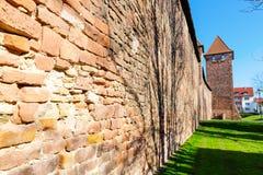 Μεσαιωνικός ρωμαϊκός τοίχος πόλεων με τους πύργους στα σκουλήκια, Γερμανία στοκ φωτογραφία με δικαίωμα ελεύθερης χρήσης