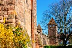 Μεσαιωνικός ρωμαϊκός τοίχος πόλεων με τους πύργους στα σκουλήκια, Γερμανία στοκ φωτογραφία