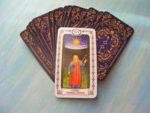 Μεσαιωνικός στενός επάνω καρτών Tarot με τις ρωσικές γέφυρες της The Sun Tarot τίτλου στο μπλε ξύλινο υπόβαθρο στοκ εικόνες με δικαίωμα ελεύθερης χρήσης