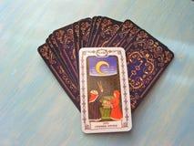 Μεσαιωνικός στενός επάνω καρτών Tarot με το ρωσικό τίτλο οι γέφυρες Tarot φεγγαριών στο μπλε ξύλινο υπόβαθρο στοκ εικόνες
