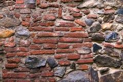 Μεσαιωνικός τοίχος που χτίζεται της πέτρας και των τούβλων, σύσταση υποβάθρου Στοκ Φωτογραφίες