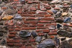 Μεσαιωνικός τοίχος που χτίζεται της πέτρας και των τούβλων, σύσταση υποβάθρου Στοκ Εικόνα