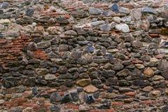 Μεσαιωνικός τοίχος που χτίζεται της πέτρας και των τούβλων, σύσταση υποβάθρου Στοκ φωτογραφίες με δικαίωμα ελεύθερης χρήσης