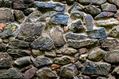 Μεσαιωνικός τοίχος που χτίζεται της πέτρας και των τούβλων, σύσταση υποβάθρου Στοκ Φωτογραφία
