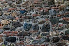 Μεσαιωνικός τοίχος που χτίζεται της πέτρας και των τούβλων, σύσταση υποβάθρου Στοκ φωτογραφία με δικαίωμα ελεύθερης χρήσης