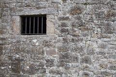 Μεσαιωνικός τοίχος φυλακών με ένα παράθυρο Στοκ εικόνες με δικαίωμα ελεύθερης χρήσης