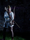 Μεσαιωνικός τοξότης με ένα τόξο και τα βέλη Στοκ Φωτογραφίες