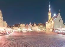 Μεσαιωνικό, αξιοπρεπές και εορταστικό τετράγωνο Δημαρχείων του Ταλίν μετά από το ηλιοβασίλεμα Αναδρομική ορισμένη εικόνα στα χρώμ Στοκ Εικόνες