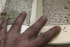 Μεσαιωνικό βιβλίο υπαγόμενο με τα χέρια Στοκ εικόνα με δικαίωμα ελεύθερης χρήσης