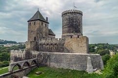 Μεσαιωνικό κάστρο με τον πύργο και τάφρος στο λόφο στοκ φωτογραφία με δικαίωμα ελεύθερης χρήσης