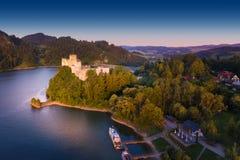 Μεσαιωνικό κάστρο σε Niedzica από τη λίμνη Czorsztyn Στοκ Φωτογραφία