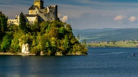 Μεσαιωνικό κάστρο Dunajec σε Niedzica από τη λίμνη Czorsztyn, Πολωνία φιλμ μικρού μήκους