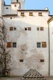 Μεσαιωνικό κεντρικό κτίριο του Σάλτζμπουργκ φρουρίων εποχής με τις αρχαΐζουσες σφαίρες κανόνων στοκ εικόνα