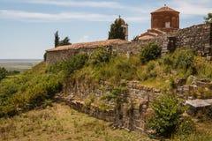 Μεσαιωνικό μοναστήρι που χτίζεται πέρα από τις καταστροφές του αρχαίου Apollonia Στοκ Εικόνες