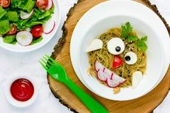Μεσημεριανό γεύμα αποκριών για τα παιδιά - μακαρόνια κουκουβαγιών, ιαπωνικά ζυμαρικά udon Στοκ Εικόνες