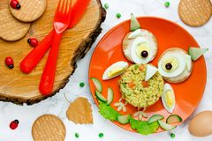 Μεσημεριανό γεύμα κουκουβαγιών αποκριών για τα παιδιά - βρασμένο αυγό με το ρύζι Στοκ Εικόνες