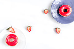 Μεσημεριανό γεύμα με τα donuts και φράουλα στην άσπρη χλεύη άποψης υποβάθρου τοπ επάνω Στοκ φωτογραφίες με δικαίωμα ελεύθερης χρήσης