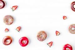 Μεσημεριανό γεύμα με τα donuts και φράουλα στην άσπρη χλεύη άποψης υποβάθρου τοπ επάνω Στοκ φωτογραφία με δικαίωμα ελεύθερης χρήσης