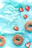 Μεσημεριανό γεύμα με τα donuts και φράουλα στην μπλε χλεύη άποψης υποβάθρου τοπ επάνω Στοκ εικόνες με δικαίωμα ελεύθερης χρήσης