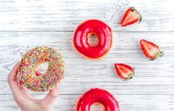 Μεσημεριανό γεύμα με τα donuts και φράουλα στην ξύλινη τοπ άποψη επιτραπέζιου υποβάθρου Στοκ φωτογραφία με δικαίωμα ελεύθερης χρήσης