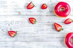 Μεσημεριανό γεύμα με τα donuts και φράουλα στην ξύλινη χλεύη άποψης επιτραπέζιου υποβάθρου τοπ επάνω Στοκ φωτογραφίες με δικαίωμα ελεύθερης χρήσης