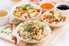 μεσημεριανό γεύμα - νουντλς με τα λαχανικά και πράσινα, τηγανισμένο ρύζι με tofu στοκ εικόνα
