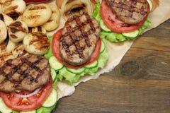 Μεσημεριανό γεύμα πικ-νίκ με σπιτικό ψημένο στη σχάρα BBQ Burgers, τοπ άποψη Στοκ Εικόνες