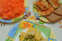 Μεσημεριανό γεύμα σε έναν πίνακα κουζινών Στοκ εικόνες με δικαίωμα ελεύθερης χρήσης