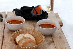 Μεσημεριανό γεύμα στο χιονοδρομικό κέντρο, το kharcho και το chacha της Γεωργίας Στοκ εικόνα με δικαίωμα ελεύθερης χρήσης