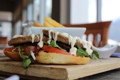 Μεσημεριανό γεύμα - burger και τσιπ όπως κανένα άλλο Στοκ Εικόνες