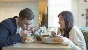 Μεσημεριανό διάλειμμα Άνδρας και γυναίκα σε έναν καφέ απόθεμα βίντεο