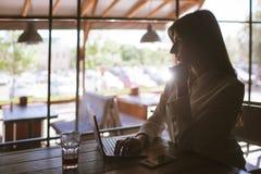 Μεσημεριανό διάλειμμα κατά τη διάρκεια της εργασίας Freelancer στον καφέ Στοκ Εικόνες
