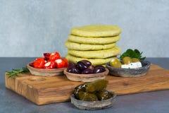 Μεσογειακά κύπελλα tapas antipasti ορεκτικών με πράσινο και τη θερμ. Στοκ εικόνες με δικαίωμα ελεύθερης χρήσης