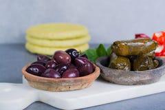 Μεσογειακά κύπελλα tapas antipasti ορεκτικών με πράσινο και τη θερμ. Στοκ εικόνα με δικαίωμα ελεύθερης χρήσης