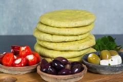 Μεσογειακά κύπελλα tapas antipasti ορεκτικών με πράσινο και τη θερμ. Στοκ Φωτογραφία