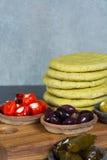Μεσογειακά κύπελλα tapas antipasti ορεκτικών με πράσινο και τη θερμ. Στοκ φωτογραφίες με δικαίωμα ελεύθερης χρήσης