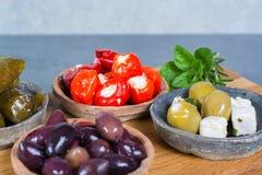 Μεσογειακά κύπελλα tapas antipasti ορεκτικών με πράσινο και τη θερμ. Στοκ Εικόνες