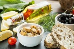 Μεσογειακά τρόφιμα στο μαύρο πίνακα πετρών στοκ φωτογραφία με δικαίωμα ελεύθερης χρήσης