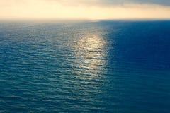 Μεσογειακά όμορφα κύματα Gorgeos και αξιοθαύμαστος μπλε ωκεανός Θαυμάσιος φυσικός ουρανός Δροσερό τοπίο σερφ Καταπληκτικός πυροβο Στοκ Εικόνες