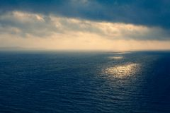 Μεσογειακά όμορφα κύματα Gorgeos και αξιοθαύμαστος μπλε ωκεανός Θαυμάσιος φυσικός ουρανός Δροσερό τοπίο σερφ Καταπληκτικός πυροβο Στοκ Φωτογραφία
