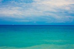 Μεσογειακά όμορφα κύματα Gorgeos και αξιοθαύμαστος μπλε ωκεανός Θαυμάσιος φυσικός ουρανός Δροσερό τοπίο σερφ Καταπληκτικός πυροβο Στοκ Φωτογραφίες
