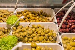 Μεσογειακές ελιές και κόλλα ελιών σε μια αγορά οδών στοκ φωτογραφίες